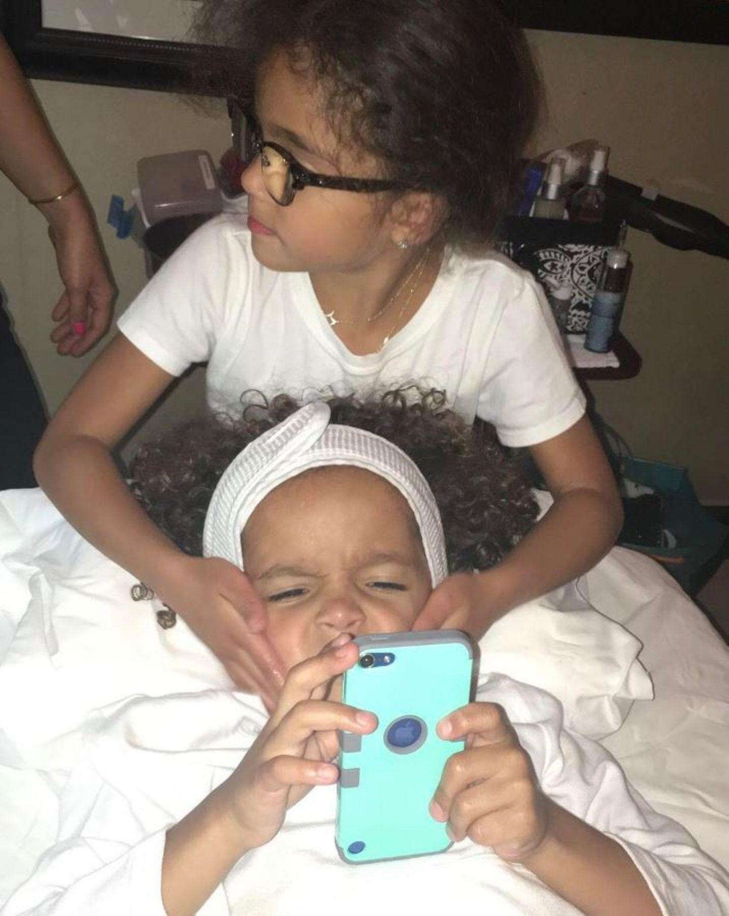 So ganz begeistert sieht Mariahs Sohn Moroccan bei seiner Gesichtsbehandlung nicht aus. Vielleicht liegt es ja an der Tatsache, dass seine Schwester Monroe sich daran versucht.