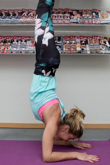 Hollywoodstar Eva Longoria (li.) versetzte uns mit ihrem Handstand beim Yoga ganz schön ins Staunen. Schauspielerin und Yogaspezialistin Wolke Hegenbarth (r.) wollte das nicht auf sich sitzen lassen und beweist während ihres Besuchs bei Gala.de, dass sie es mindestens genauso gut kann.
