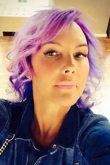 Huch! Da war aber jemand mutig. Die einstige Blondine Natascha Ochsenknecht zeigt stolz ihre knallvioletten Haare. Wer's mag...