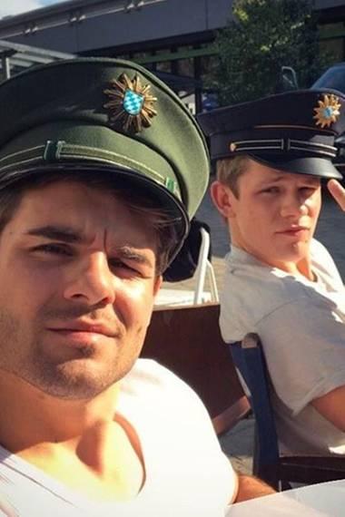 """Während Elias alias Zeki am Set mal wieder sein ausschweifendes Leben genießt, sorgen Lucas """"Ploppi"""" Reiber und Max """"Danger"""" von der Groeben für Ordnung."""