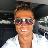 Weltfußballer Cristiano Ronaldo kann sich vor Fans, Werbepartnern und schönen Frauen kaum retten. Aber warum hat ihm denn bloß niemand gesagt, wie bescheuert seine Frisur aussieht?!