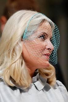Farbe bringt auch Prinzessin Mette-Marit ins Spiel. Sie greift zu einer Variante in Türkis. So passt ihr Birdcage hervorragend zu ihrem blonden Haar und sieht total modern aus.