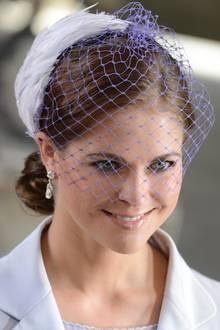 Natürlich steht Haileys Cinderella-Look waschechten Prinzessinnen mindestens genau so gut - wenn nicht sogar besser. Dass es nicht immer eine Tiara sein muss, beweist Madeleine von Schweden mit einem Haarnetz in hellem Lila, das durch Federn besonders royal wirkt.