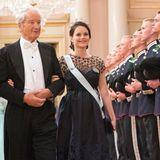 Prinzessin Sofia strahlt an der Seite von Prof. Bernhard Mach in diesem blütenbesetzten Ballkleid von Oscar de la Renta, unter dem sich schon ein wenig der Babybauch wölbt.