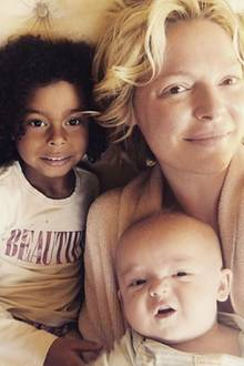9. Mai 2017  Diese Familie muss man einfach lieben: Schauspielerin Katherine Heigl postet mal wieder ein süßes, morgendliches Kuschelfoto mit ihren Kids. Vor allem Baby Joshua hat es den Fans mit seinem skeptischen Blick besonders angetan.