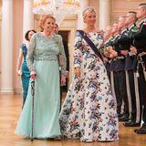 """Prinzessin Marie Chantal von Griechenland (r.) ist neben Lady Elizabeth Shakerley in sanftem Türkis mit ihrem weiß-floralen Abendkleid von Valentino ein wunderschöner Hingucker, mehr noch mit ihrer """"Diamond Fringe""""-Tiara."""