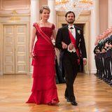 Im roten Armani-Traumkleid leuchtet Königin Mathilde von Belgien an der Seite von Prinz Carl Philip. Dazu trägt sie wie üblich ihre Wolfers Tiara.