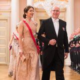 Auch wenn seine Charlène nicht mit nach Oslo gekommen ist, darf sich Fürst Albert über seine bezaubernde Dinner-Begleiterin Prinzessin Mary freuen, die im nudefarbig glänzenden Abendkleid von Max Mara bezaubert. Dazu trägt sie die eigens von ihr erworbene Rubin-Spinell-Diamant-Tiara.