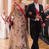 """Auch Königin Máxima trägt ihre Lieblingskleider von Jan Taminiau nicht nur einmal: Das florale Ballkleid, das sie schon beim Prinsjesdag 2015 präsentierte, kombiniert sie hier mit ihrer prachtvollen """"Dutch Sapphire""""-Tiara mit passenden Ohrringen und Brosche."""