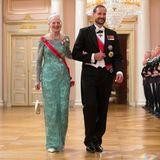 """Königin Margrethe von Dänemark stahl an der Seite von Prinz Haakon ihren jüngeren Adelskolleginnen mit diesem türkisfarbenen Spitzenkleid und der """"Floral Aigrette""""-Tiara fast die Show."""