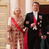 """Prinzessin Beatrix, die hier mit Prinz Frederik zum Gala-Dinner schreitet, trägt zu ihrem gediegenen Paisley-Ballkeid die """"Württemberg Ornate Pearl""""-Tiara, mit der sie sich auch schon bei den Geburtstagsfeierlichkeiten von Königin Margrethe und König Carl Gustav zeigte."""