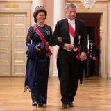 Königin Silvia von Schweden glänzt an der Seite des finnischen Präsidenten Sauli Niinistoin dunkelblauer Spitze, die in Kombination mit ihrem Leuchtenberg-Saphir-Geschmeide noch luxuriöser wirkt.