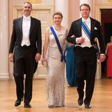 Flankiert vonCarlos Augster (l.) und Prinz Constantijn glitzert Erbgroßherzogin Stéphanie von Luxemburg im champagnerfarbenen Abendkleid und der Tiara der GroßherzoginMarie-Adélaïde.