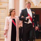 9. Mai 2017  König Willem-Alexander, der gerade seinen 50. Geburtstag gefeiert hat, geleitet galant Luxemburgs Großherzogin.