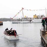 """10. Mai 2017: Minikreuzfahrt und Lunch mit der """"Norge""""  Mit einem Beiboot geht es für die Gäste zur königlichen Jacht."""