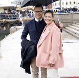 10. Mai 2017  Prinzessin Victoria bekommt von Ehemann Daniel den Schirm gehalten. Am Hafen von Oslo nieselt es nämlich.