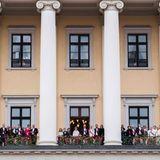 9. Mai 2017: Festrede vom Schlossbalkon  Solche royalen Balkonszenen erlebt man sonst nur bei Hochzeiten - oder in Norwegen, wenn dort gefeiert wird. Die königlichen Gäste winken gemeinsam in den Schlosshof.