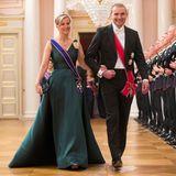 """Islands Präsident Gudni Johannesson darf die in Dunkelgrün bezaubernde Sophie, Gräfin von Wessex in den Dinner-Saal begleiten. Die Gräfin trägt dabei ihre """"Wessex Aquamarine""""-Tiara."""