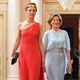 Den Aufreger des Abend leistete sich die schwedische Aristokration Desirée Kogevinas, die ihr rotes One-Shoulder-Seidenkleid ohne BH oder Nippelpflaster trug. Sehr viel gediegener in Hellblau zeigte sich hingegen ihre Mutter Madeleine.