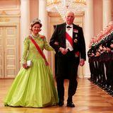 Vorbei am Spalier der Palast-Garde schreitet das norwegische Königspaar Sonja und Harald zum festlichen Gala-Dinner anlässlich der Feierlichkeiten zu ihrem 80. Geburtstag. Königin Sonja überrascht im neonfarbenen Ballkleid, das sie mit dem prächtigen Smaragd-Geschmeide der Kaiserin Josephine kombinierte.