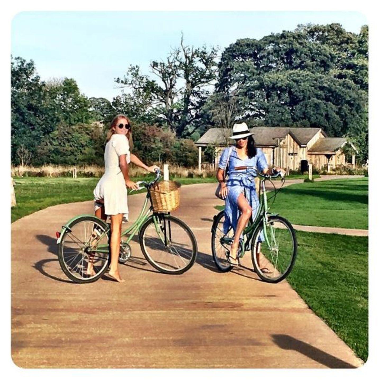 Doch reist Meghan nicht immer allein nach Oxfordshire. Auch mit ihrer britischen Freundin Millie Mackintosh taucht sie im Farmhaus ab und genießt die Natur.