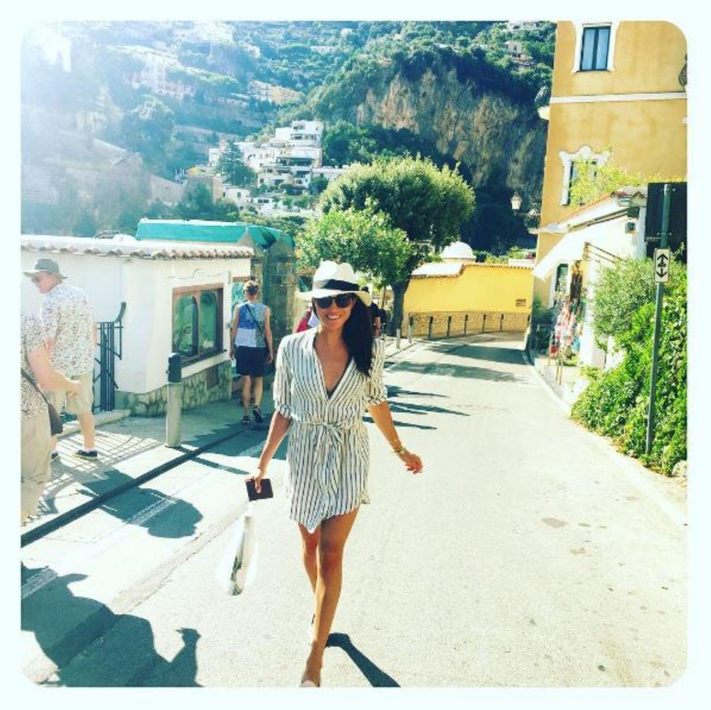 Meghan liebt es, um die Welt zu reisen und andere Kulturen kennen zu lernen. Deswegen mischt sie sich einfach unters Volk und bummelt wie hier durch die Straßen Italiens.