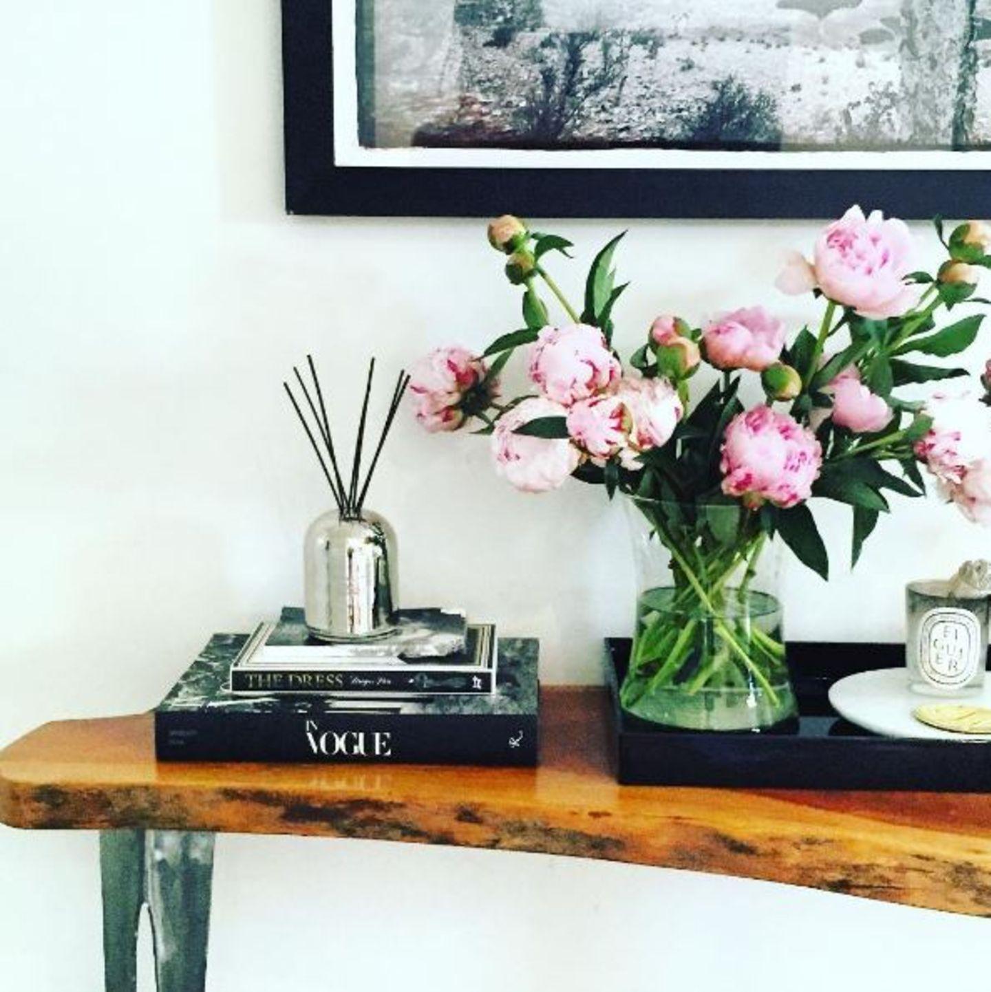 Pflanzen, Bücher, Vintage-Möbel - Meghan Markle beweist in Sachen Interior viel Geschmack. Für angenehmen Raumduft sorgen bei ihr Fragrance-Stäbchen und Kerzen von Diptyque.