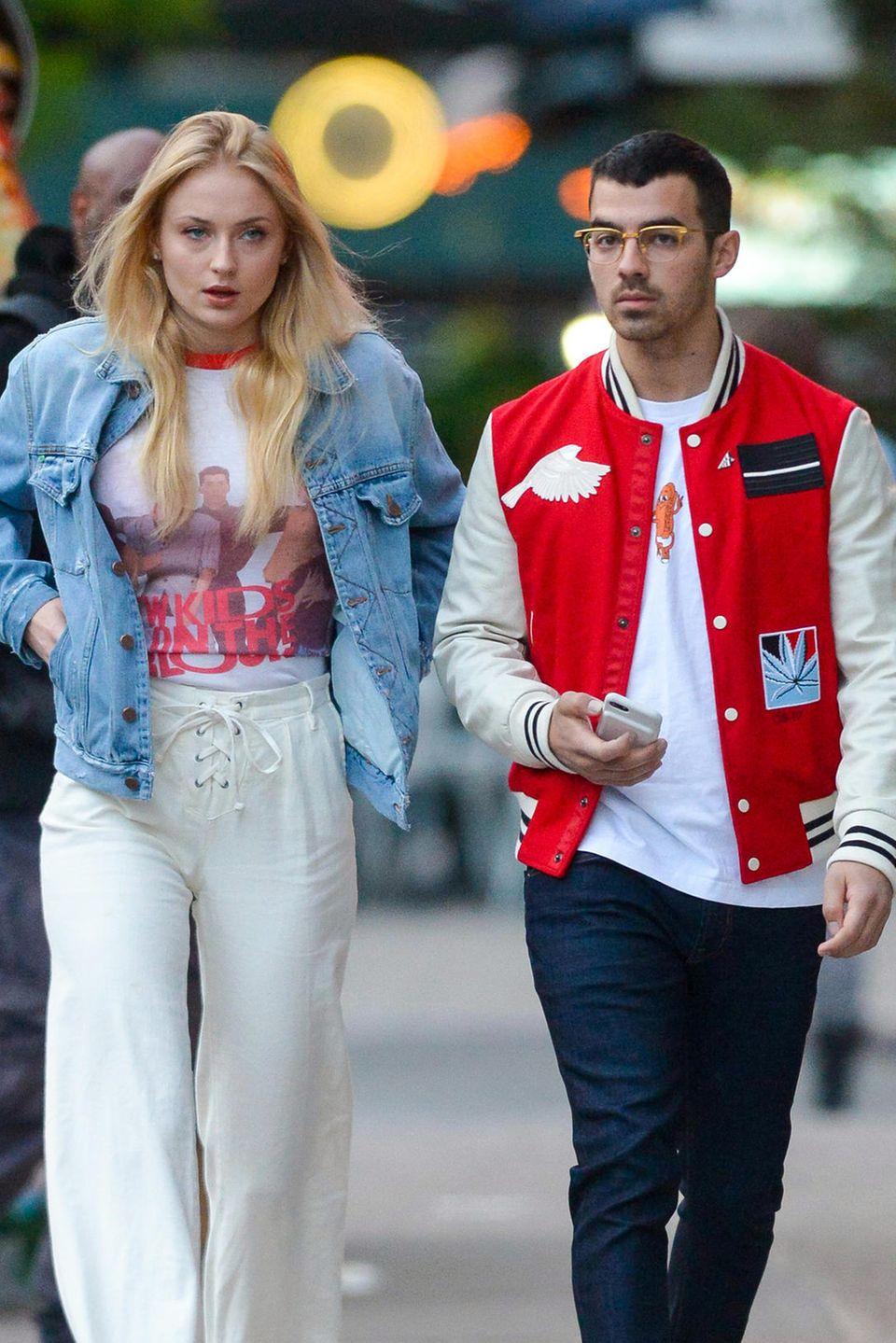 """9. Mai 2017  """"Game of Thrones""""-Beauty Sophie Turner und ihr Freund Joe Jonas machen einen abendlichen Spaziergang durch Manhattan. Beim frischgebackenen Traumpaar scheint gerade alles bestens zu laufen."""