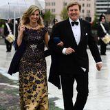 Style-Königin Máxima kommt in einer wahren Glamour-Robe zum Gala-Dinner in die Oper. Hingucker ist die tief platzierte opulente Brosche.