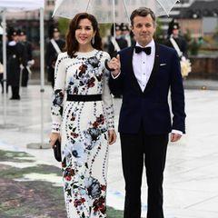 Florale Frühlingsfrische strahlt Prinz Frederiks Gattin Prinzessin Mary in ihrem hellen Kleid mit dunklem Blütenaufdruck aus.