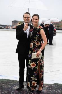 Auch Prinzessin Victoria hat sich für ein Blumenmuster entschieden. Der seitliche hohe Beinschlitz verleiht ihrem Outfit einen Hauch Sex-Appeal.