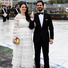 Ein Traum in Weiß und mit Babybauch: Zum Gala-Dinner in der Oper trägt Prinzessin Sofia ein zartes Spitzenkleid im raffinierten Lagenlook, das dezent ihre gebräunte Haut durchschimmern lässt. Dazu kombiniert die Frau von Prinz Carl Philip eine edle goldene Tasche.