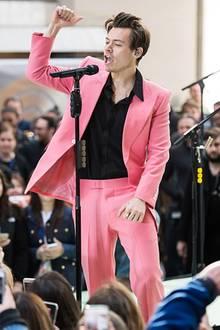 Och nö, Harry Styles, in diesem Outfit machst du deinem Nachnamen aber nun wirklich keine Ehre! Vielmehr sieht es so aus, als würdest du nun der Familie Babe angehören. Die Farbe deines Anzugs und die peinliche Tolle erinnern nämlich sehr an das kleine Film-Schweinchen.