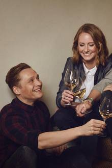 """""""III Freunde"""": Das Label mit der römischen Drei ist Programm: Der erste gemeinsame Wein von Schauspieler Matthias Schweighöfer (li.), Winzerin Juliane Eller und Moderator Joko Winterscheidt (r.) ist ein gelb-fruchtiger Rheinhesse namens """"2016 Grauburgunder""""."""