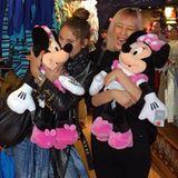 Heidis Mädels scheinen wahre Kuscheltier-Freaks zu sein. Im Disney-Store flippen Carina und Anh aus und schnappen sich sofort eine Minnie Mouse.