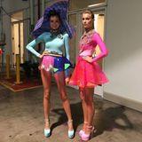 Das sieht vor einem Walk nicht anders aus. Backstage posieren Céline und Serlina zur Erinnerung für ihre Smartphones.