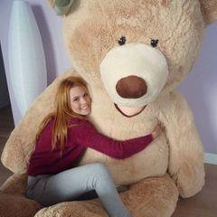 """Diesen Mitbewohner der Girls hat man im Fernsehen noch nicht gesehen: In der Model-Villa bei """"Team Weiß"""" lebt ein XXL-Teddy, der ganz viele Knuddeleinheiten spendet und als Maskottchen dient."""