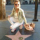 """Ihre Zeit in Amerika nutzen die Girls voll aus. Klar, dass da auch ein Besuch am Walk of Fame ansteht. Der Stern von Kaley Cuoco hat es Lynn dabei besonders angetan. Ob sie wohl zu den """"Big Bang Theory""""-Fans gehört?"""