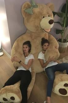 Der Bär ist so groß, dass gleich zwei Mädels auf einmal mit ihm kuscheln und so am Abend entspannen können.