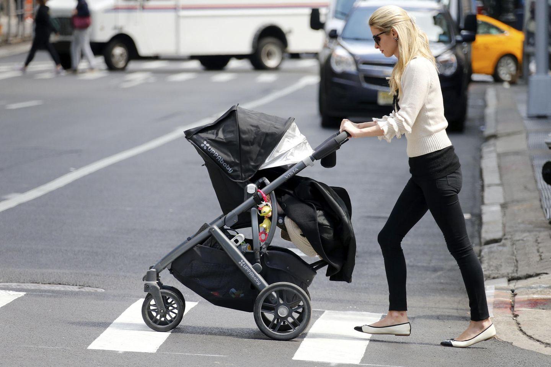 10. Mai 2017  Ein Spaziergang durchs New Yorker Viertel beruhigt auch Lily Grace Rothschild, die sich im Kinderwagen von Mama Nicky Hilton in den Schlaf schieben lässt.