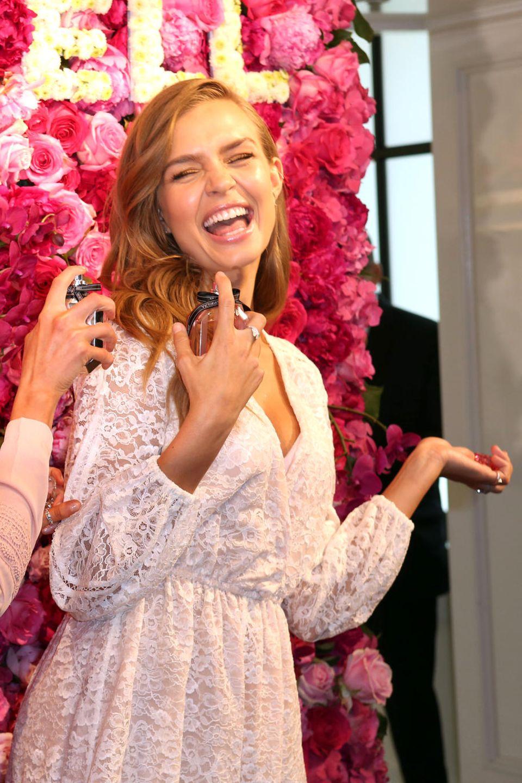 """10. Mai 2017  Josephine Skriver und Stella Maxwell feiern die Präsentation des """"Bombshell""""-Duftes von Victoria's Secret in New York."""