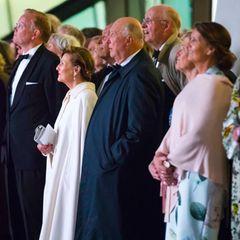 10. Mai 2017  Die Gäste und Gastgeber sind vor die Oper gekommen, um das Feuerwerk am Abendhimmel zu bewundern.