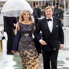 10. Mai 2017  Königin Máxima hat den Schirm, König Willem-Alexander muss ohne auskommen, als es zur Oper geht.