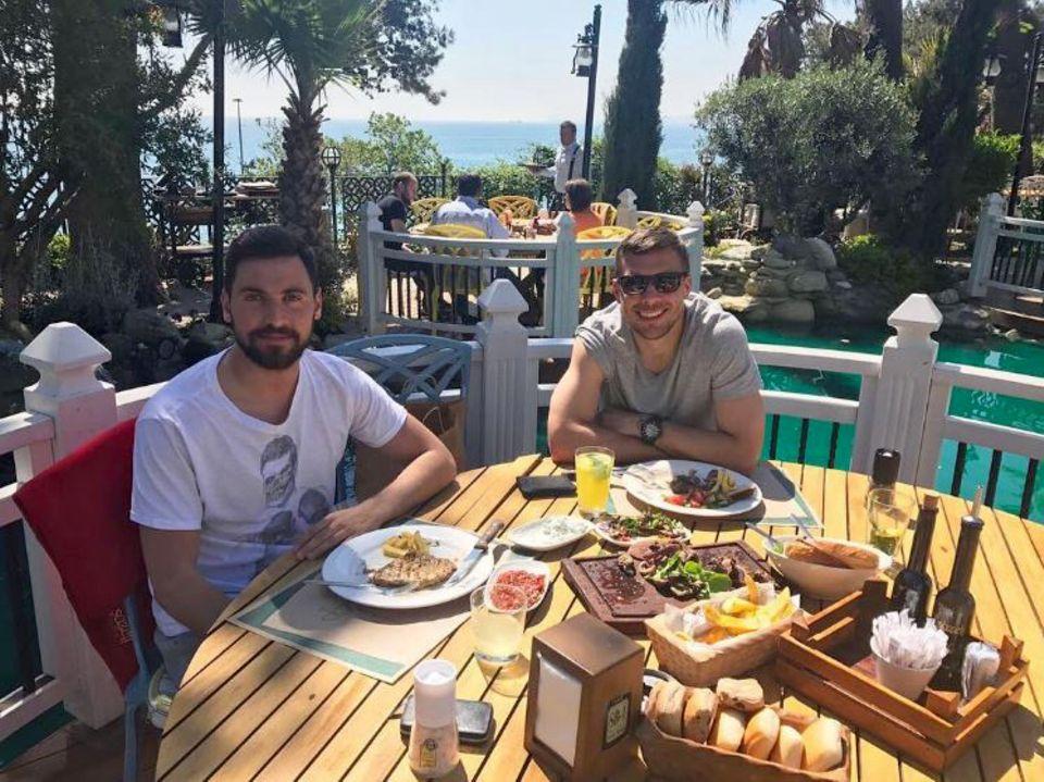 11. Mai 2017  Lukas Podolski undSinan Gümüş gönnen sich eine üppiges Mittagessen in der Sonne. Der deutsche Nationalspieler verlässt bald Galatasaray und nutzt jede Gelegenheit Zeit mit seinen Jungs zu verbringen.