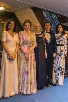 10. Mai 2017    Schnell noch ein Erinnerungsfoto: Die dänische Königsfamilie ist zu den Feierlichkeiten des 80. Geburtstages von König Harald und Königin Sonja in Norwegen und nimmt am Bankett in der Osloer Oper teil.