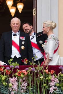 9. Mai 2017  Der Kronprinz legt zum Gesang eines Chores im Schlosshof eine kleine Tanzeinlage hin.