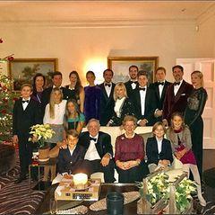Fröhliche Weihnachten 2016 wünscht Marie-Chantal mit diesem Bild, das ihre gesamte Familie vereint beim Feiern zeigt.