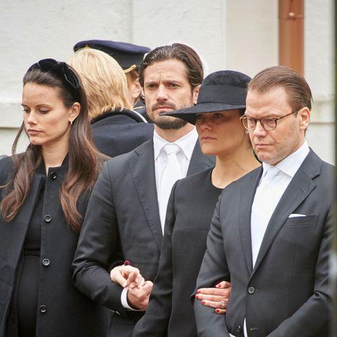 Die Trauer steht ihnen ins Gesicht geschrieben: Prinzessin Sofia, Prinz Carl Philip, Prinzessin Victoria und Prinz Daniel verabschieden den den verstorbenen Baron Nicolas Silfverschiöld (11. Mai 2017)