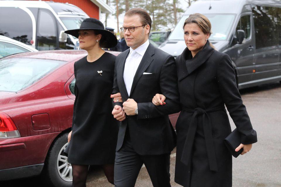 Prinz Daniel bietet Gattin Prinzessin Victoria und der norwegische Prinzessin Märta Louise Trost