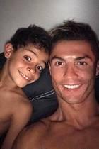 11. Mai 2017  Vor dem Schlafen gehen noch schnell faxen machen vor der Kamera, so bringt Cristiano Ronaldo seinen Junior ins Bett.